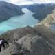 En person som klatrer opp et skått fjellparti på Besseggen