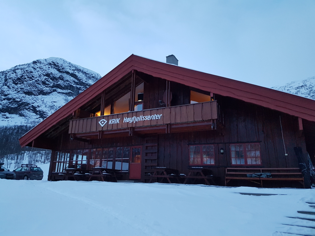 KRIK høyfjellssenter, stor brun bygning i vinterlandskap