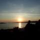 Siluett av mennesker i solnedgang over havet