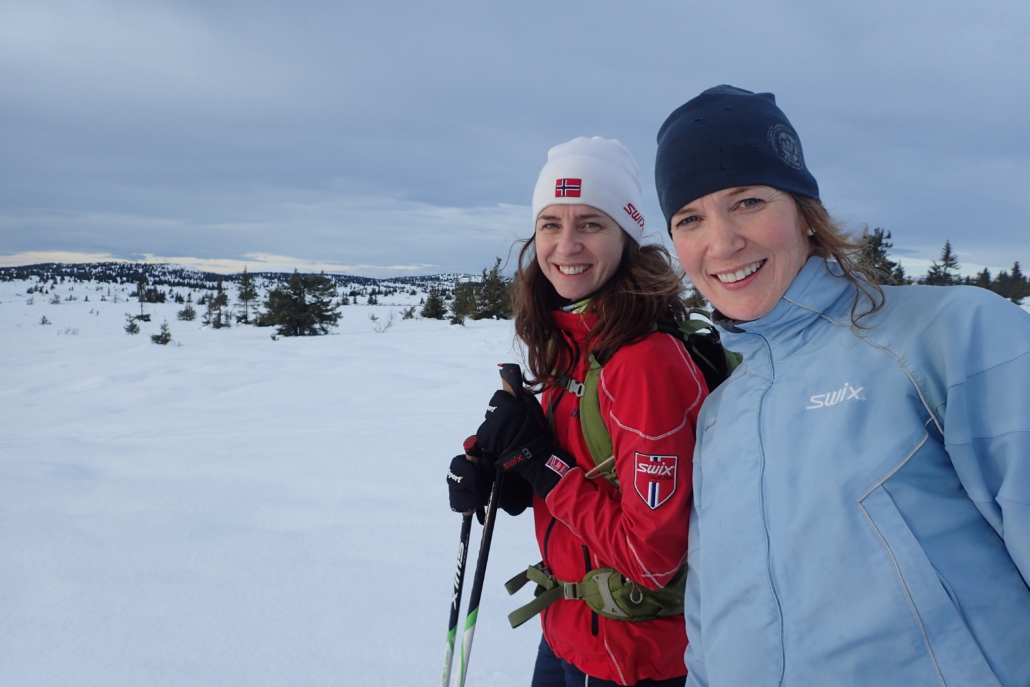 To blide jenter i snødekt landskap